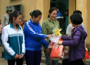 Đại diện Ban Quản lý Dự án Giảm nghèo trao quà Tết cho hộ nghèo xã Đa Phúc (Yên Thủy).