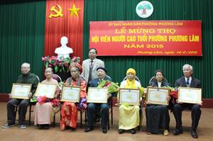 Lãnh đạo phường Phương Lâm trao Bằng mừng thọ, chúc thọ của Hội Người cao tuổi Việt Nam và Chủ tịch UBND tỉnh cho 195 cụ tại lễ mừng thọ.