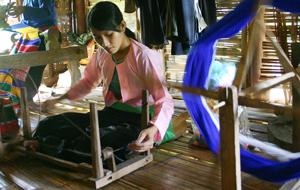 Nhiều gia đình ở xã Chí Đạo (Lạc Sơn) lưu giữ khung cửi và nghề dệt truyền thống.