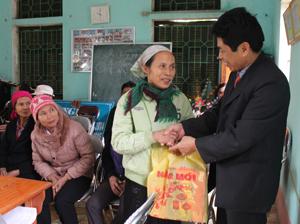 Lãnh đạo các đơn vị trực thuộc Sở NN&PTNT tặng quà cho người nghèo xã Hữu Lợi (Yên Thuỷ).
