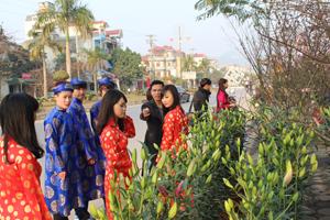 Nhiều bạn trẻ rủ nhau đến các điểm bán hoa, cây cảnh chụp ảnh lưu lại không khí Tết.