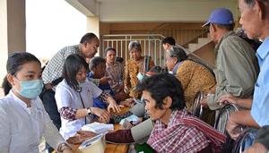 Khám bệnh cho bà con Việt kiều nghèo tại Campuchia.