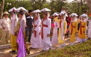 Tổ chức các lễ hội lành mạnh, tiết kiệm, vui tươi và an toàn là mong mỏi của nhiều người. Ảnh: Quang Hưng.