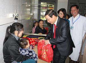 Đồng chí Bùi Văn Cửu, Phó Chủ tịch TT UBND tỉnh tặng quà cho bệnh nhân đang điều trị tại Khoa Nhi (BVĐK tỉnh).