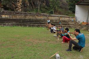 Các vận động viên thường xuyên luyện tập các nội dung bắn nỏ.