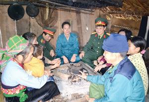 CB-CS Ban Dân vận (Bộ CHQS tỉnh)  thăm hỏi, trò chuyện cùng bà con xóm Cơi 3, xã Suối Nánh (Đà Bắc) gắn kết tình quân dân.