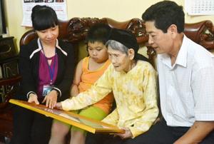 Mẹ Đào Thị Đan, phường Đồng Tiến (TPHB) quây quần cùng con cháu.