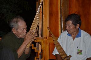 Cụ Khà Văn Ư, người duy nhất còn lại ở Mai Châu biết làm khèn bè.