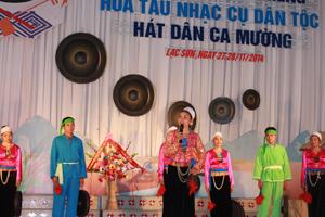 Tiết mục hát đối ngày xuân của đội văn nghệ xã Tự Do (Lạc Sơn).