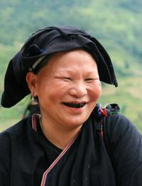 Nụ cười đen nhánh của cụ bà người Dao xã Toàn Sơn.