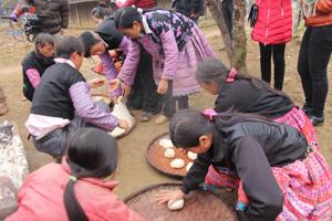 Bánh được làm từ thứ gạo nếp nương thơm, dẻo mà người Mông trồng ở mảnh đất tốt nhất.
