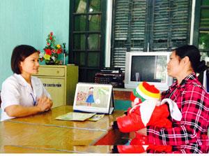 Cán bộ Trạm y tế xã Hưng Thi (Lạc Thủy) tuyên truyền cho người dân cách phòng bệnh trong dịp Tết.