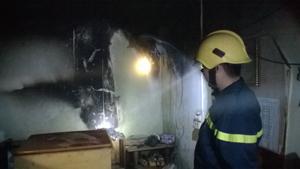 Lực lượng Cảnh sát PCCC&CN, CH (Công an tỉnh) kiểm tra hiện trường vụ cháy tại gia đình bà Trần Thị Vĩnh, tổ 29, phường Phương Lâm (TPHB).