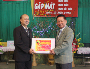 Đồng chí Bùi Văn Tỉnh, UVTƯ Đảng, Bí thư Tỉnh ủy, Chủ tịch HĐND tỉnh tặng quà cho CLB Hưu trí tỉnh.