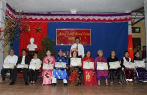 Lãnh đạo thị trấn Bo (Kim Bôi) trao Bằng mừng thọ, chúc thọ của Hội Người cao tuổi Việt Nam và Chủ tịch UBND tỉnh cho các cụ 70 tuổi tại lễ mừng thọ.