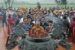 Các đồng chí lãnh đạo UBND tỉnh, huyện Lạc Thủy và giáo hội Phật giáo cùng đông đảo tăng ni Phật tử dâng hương tại Chùa Tiên.