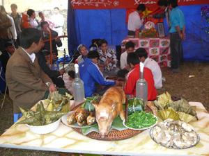 Những món ăn truyền thống của người Mường tham gia thi ẩm thực trong hội làng ngày xuân.