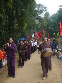 Đám rước hội làng trong lễ hội Khai hạ Mường Bi.