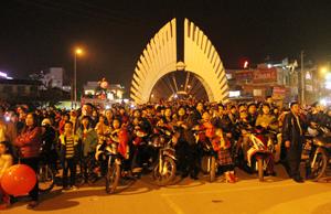 Đông đảo người dân thành phố Hòa Bình xem bắn pháo hoa trên cầu Hòa Bình trong đêm giao thừa.