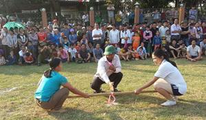 Thi đấu môn đẩy gậy tại lễ khai mùa Mường Thàng.