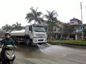 Công ty CP Môi trường Đô thị Hòa Bình dùng xe chuyên dụng triển khai rửa đường Trần Hưng Đạo (TP Hòa Bình).