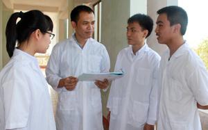 Ảnh (từ phải qua): em Đinh Chung Mừng, em Nguyễn Việt Tiến và thầy Kiều Vũ Mạnh đang trao đổi về những phần cần ôn luyện trong kỳ dự tuyển Ôlimpíc quốc tế sắp tới.