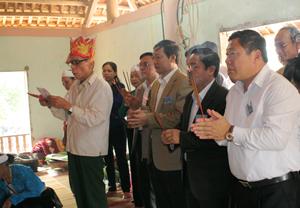 Đồng chí Bùi Văn Cửu, Phó Chủ tịch UBND tỉnh và các đại biểu làm lễ dâng hương tại Đình Cổi.