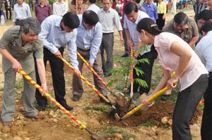 Đồng chí Trần Đăng Ninh, Phó Bí thư Thường trực Tỉnh uỷ cùng các đại biểu tham gia trồng cây trong khuôn viên Nhà văn hoá thôn Ve, xã Đông Bắc.
