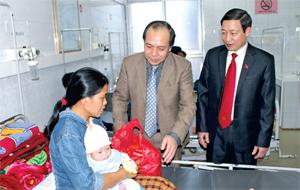 Lãnh đạo UBND tỉnh, Sở Y tế thăm các bệnh nhân Khoa nhi (Bệnh viện Đa khoa tỉnh). Ảnh: ĐP