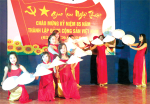 """Một đêm diễn """"Mừng Đảng - mừng xuân"""" tại xã Mãn Đức (Tân Lạc) đầu năm 2015."""