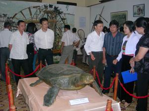 Đồng chí Nguyễn Thị Thi, Giám đốc Bảo tàng tỉnh (người mặc trang phục dân tộc Mường)  giới thiệu hiện vật được lưu giữ tại Bảo tàng tỉnh.