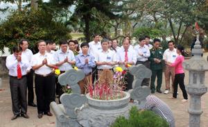 Du khách tham dự lễ khai hội dâng hương tại đền Rem.