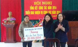 Lãnh đạo Hội LHPN tỉnh trao tiền ủng hộ xây nhà mái ấm tình thương cho hội viên phụ nữ có hoàn cảnh khó khăn.