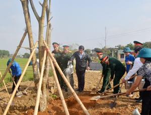 Đồng chí Trần Đăng Ninh, Phó Bí thư TT Tỉnh ủy và lãnh đạo Bộ CHQS tỉnh, lãnh đạo các sở, ngành, cấp ủy, chính quyền xã Thống Nhất trồng cây tại khuôn viên Trung tâm huấn luyện lực lượng dự bị động viên.