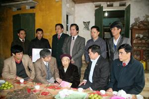 Đồng chí Hoàng Thanh Mịch, UVTV Tỉnh ủy, Chủ tịch UBMTTQ tỉnh cùng lãnh đạo các sở, ngành, đơn vị cùng đi tri ân, tặng quà Tết Mẹ Việt Nam Anh hùng Xa Thị Vân.