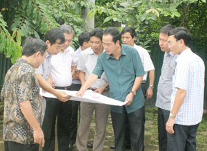 Đồng chí Nguyễn Văn Quang, Phó Bí thư Tỉnh ủy, Chủ tịch UBND tỉnh kiểm tra công tác đầu tư hạ tầng cơ sở thành phố Hòa Bình.                     ảnh P.V