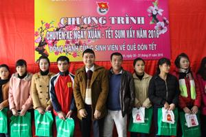 Đại diện nhà tài trợ trao quà cho các sinh viên có hoàn cảnh khó khăn về quê đón Tết.