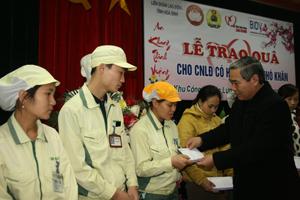 Lãnh đạo LĐLĐ tỉnh tặng quà cho công nhân KCN Lương Sơn.