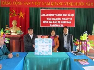 Lãnh đạo  Sở Lao động – Thương binh và Xã hội tặng quà cho cán bộ, nhân dân xã Đoàn Kết.