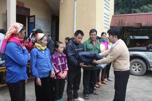 Nhóm từ thiện Những người bạn trao quà cho các hộ nghèo ở xã Nam Sơn, Tân Lạc.