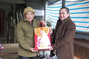 Đồng chí Đinh Văn Dực, TUV,Trưởng ban Dân tộc tỉnh thăm và tặng quà người có uy tín trong cộng đồng dân tộc thiểu số.