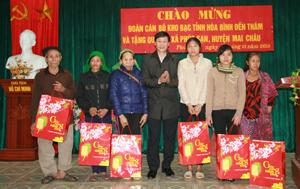 Lãnh đạo Kho Bạc Nhà nước tỉnh tặng quà tết cho những hộ nghèo xã Phúc Sạn Mai Châu).
