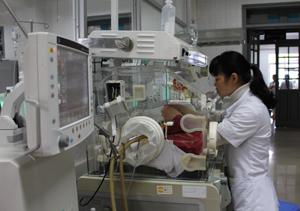 Trẻ sơ sinh non tháng, nhẹ cân được điều trị nuôi dưỡng tại đơn nguyên sơ sinh của Bệnh viện Đa khoa tỉnh.