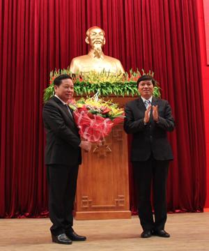 Đồng chí Trần Đăng Ninh, Phó Bí thư TT Tỉnh ủy tặng hoa chúc mừng đồng chí Bùi Văn Tỉnh tái đắc cử UV BCH T.Ư Đảng.