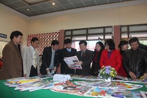 Đồng chí Nguyễn Văn Chương, Phó Chủ tịch UBND tỉnh và đại diện lãnh đạo các sở, ban ngành, UBND thành phố, cơ quan báo chí tỉnh nhà tham quan phòng trưng bày báo xuân.
