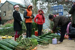 Lá dong tạo nên sự phong phú của phiên chợ Bưng, thị trấn Cao Phong (Cao Phong) ngày giáp Tết.