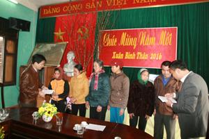 Lãnh đạo UBND huyện Đà Bắc cùng Hội Doanh nghiệp huyện tặng quà tết cho người dân có hoàn cảnh khó khăn tại thị trấn Đà Bắc (Đà Bắc).