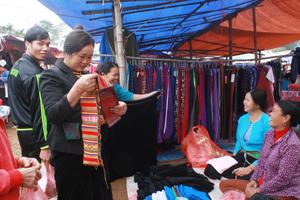 Những mặt hàng truyền thống của bà con người Mường cũng được được bày bán ở chợ.