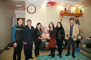 Lãnh đạo Công ty CP Thương mại Dạ Hợp tặng quà tết cho hộ gia đình bà Hà Thị Yên – Khu nhà ở xã hội Dạ Hợp (TP Hòa Bình).