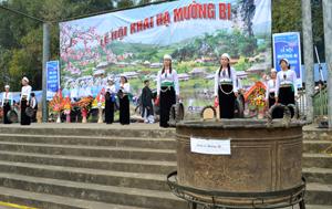 Chiếc sanh cổ được trưng bày tại lễ hội Khai hạ Mường Bi (Tân Lạc) so với chiếc sanh cổ được lưu giữ tại Bảo tàng Lịch sử Việt Nam thì nhỏ hơn nhiều.